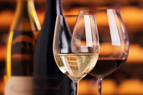 Use diferentes tipos de taças de vinho para servir os convidados