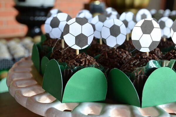 Use tags personalizadas na festa tema futebol simples