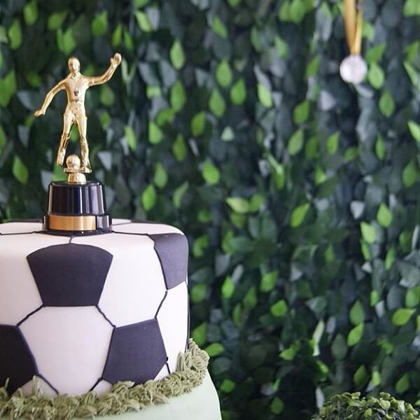Wear a trophy on top of the cake