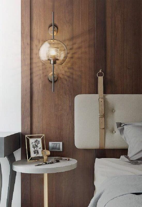abajur de parede de vidro para quarto com cabeceira de madeira Foto Casa Trés Chic