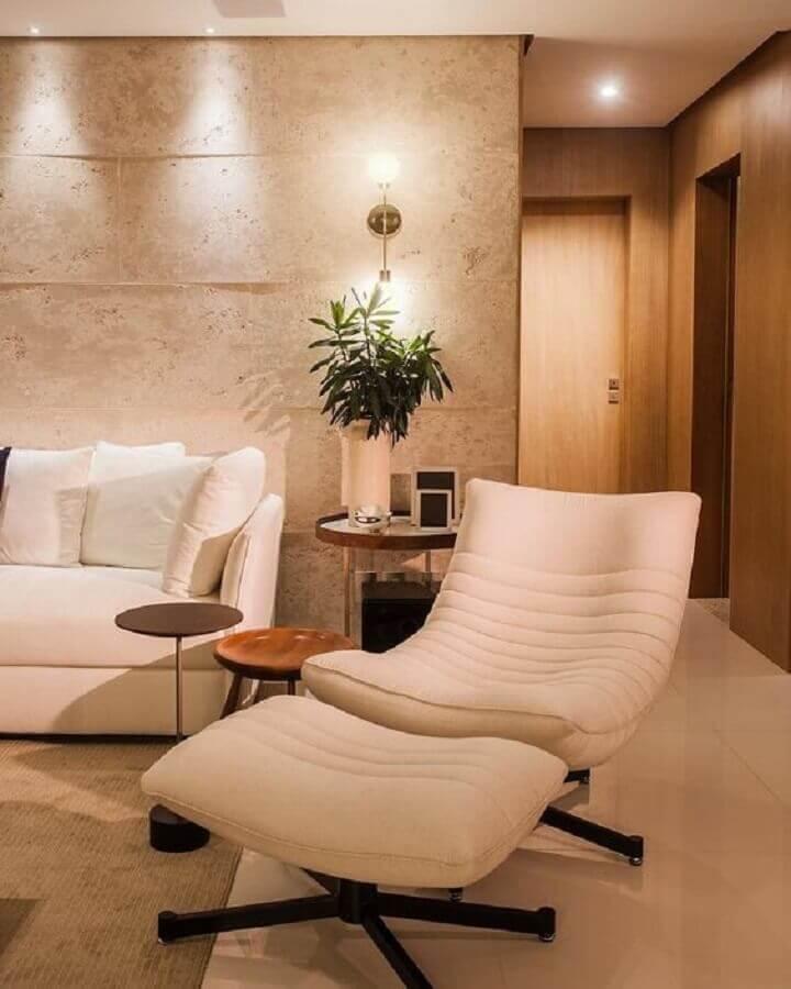 abajur de parede para decoração de sala em cores neutras com poltrona confortável Foto Cristiana Bertolucci Estúdio