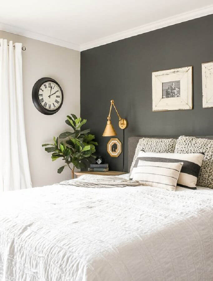 acabamento dourado para abajur de parede para quarto de casal branco e cinza Foto Futurist Architecture