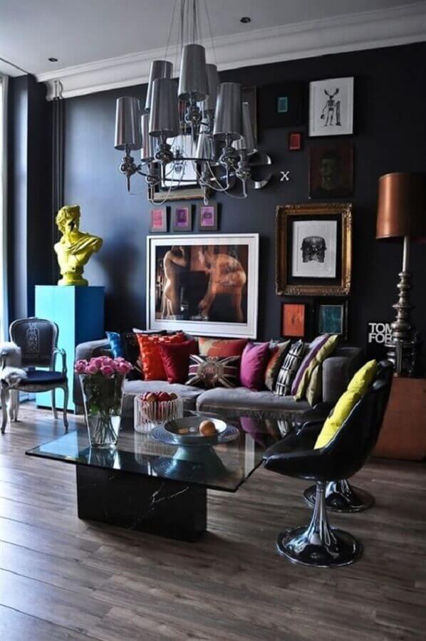 almofadas coloridas e lustre moderno para decoração de sala preta Foto Bugre Moda