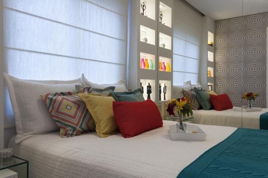 almofadas coloridas para cama Foto Adriana Fontana