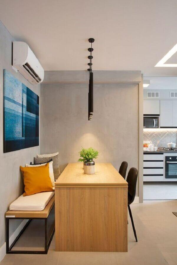 almofadas coloridas para decoração de sala de jantar moderna com mesa com banco de madeira e cadeiras pretas Foto Casa de Valentina