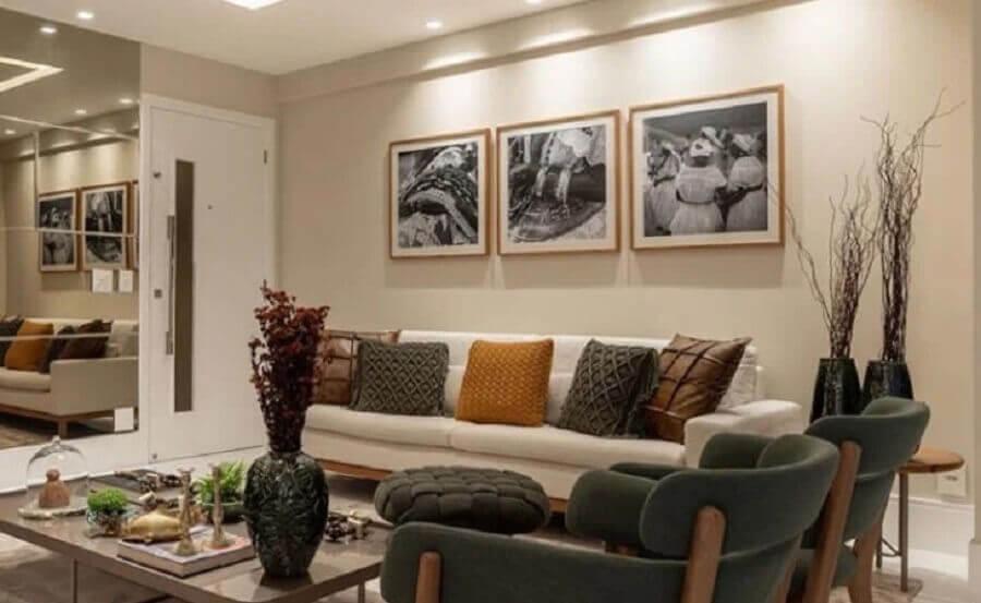 almofadas coloridas para decoração de sala pintada na cor pérola Foto Dinah Linz