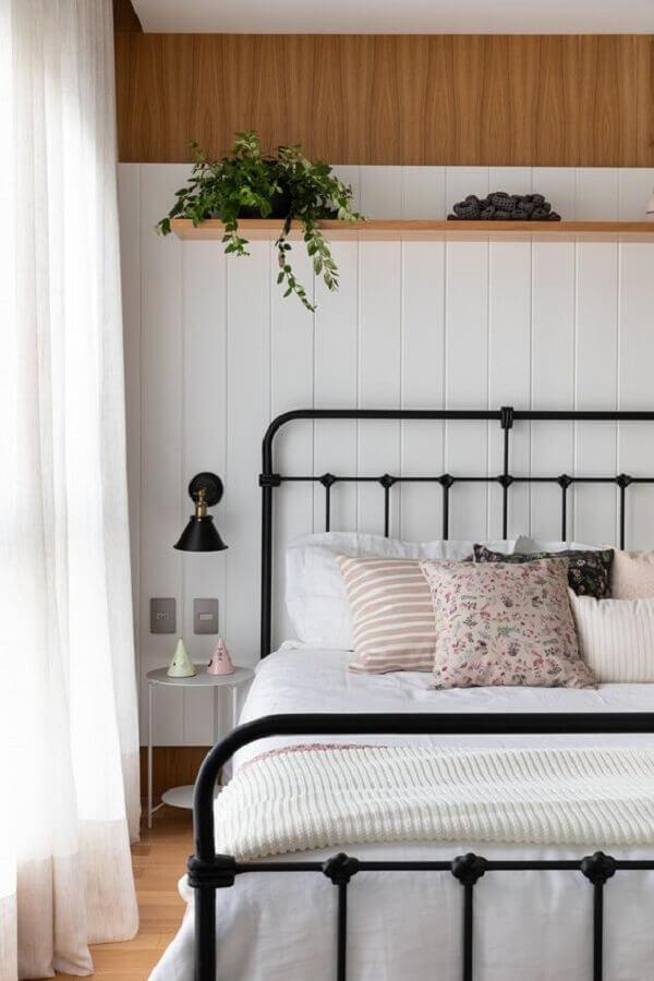 almofadas decorativas para cama de ferro preta Foto Apartment Therapy