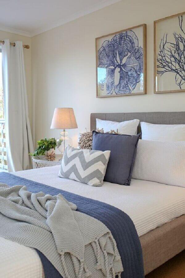 almofadas para cama em quarto branco e azul Foto Pinterest