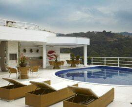 Área gourmet com piscina e espreguiçadeira - Via: Arquiles Nicol