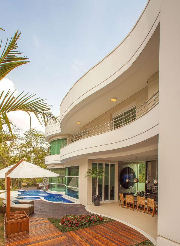 Área gourmet com piscina na casa grande e moderna