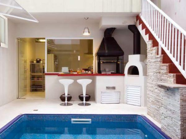 Área gourmet com piscina pequena e simples