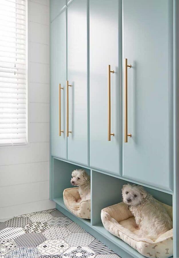 armário planejado azul pastel com puxadores dourados Foto Webcomunica