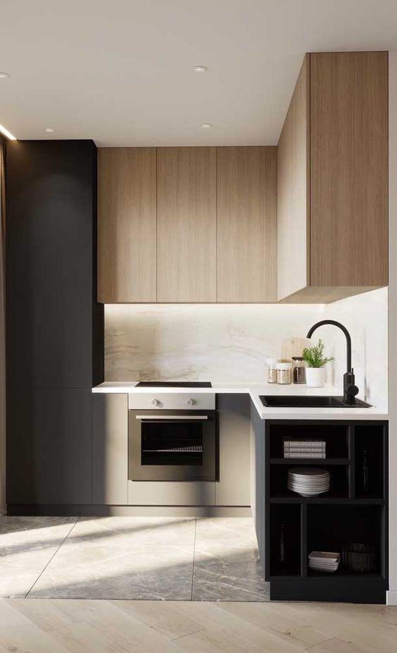 Cozinha planejada pequena com armário preto e madeira