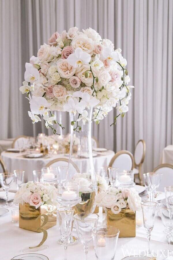 arranjo de flores brancas em grandes vasos para decoração de festa bodas de cristal Foto WeddBook