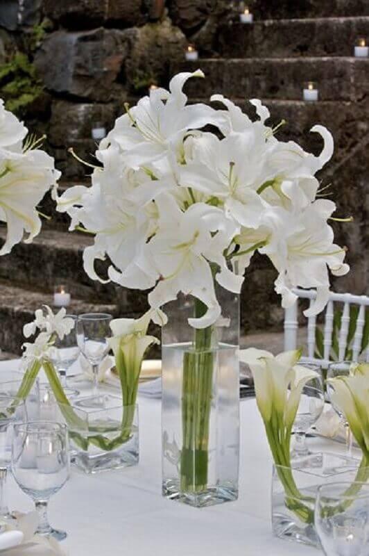 arranjo de flores brancas moderno para festa bodas de cristal Foto Pinterest