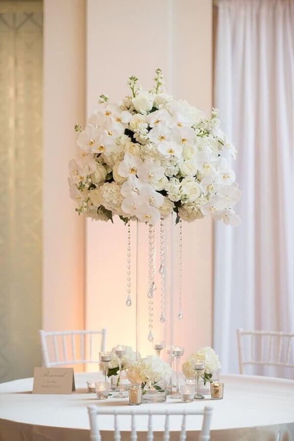 arranjo de flores brancas para decoração de festa bodas de cristal Foto Glamour & Grace