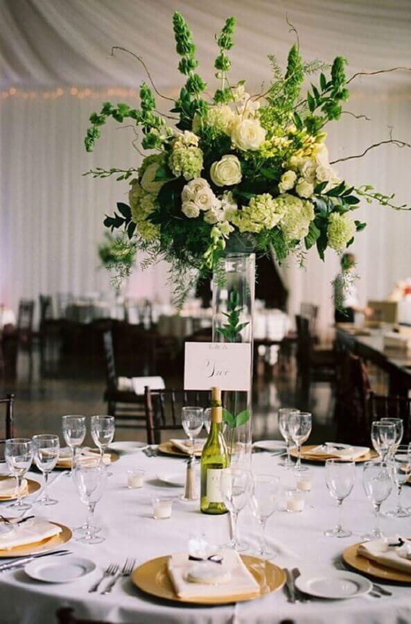 arranjo de flores em vasos altos para decoração de bodas de cristal Foto Lejour