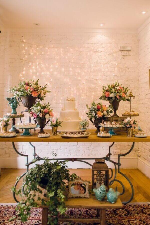 arranjos de flores e móveis antigos para decoração bodas de cristal Foto Pinterest