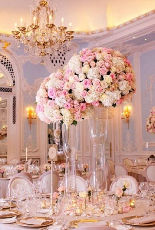 arranjos de rosas em grandes vasos para decoração bodas de cristal sofisticada Foto WeddBook