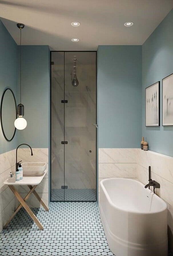 banheiro com banheira decorado em tons de azul pastel Foto Archzine