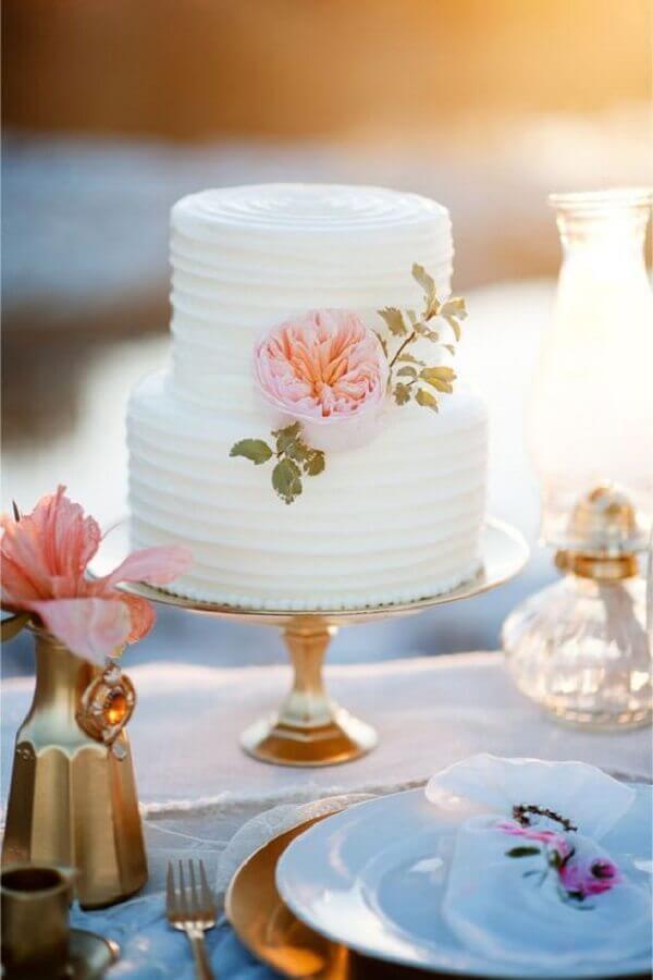 bolo bodas de cristal branco decorado com flores cor de rosa Foto Webcomunica