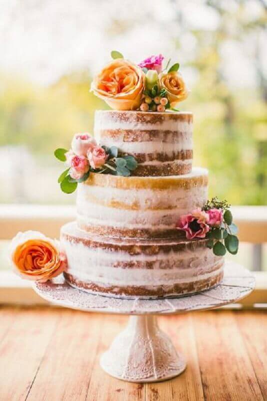 bolo bodas de cristal com acabamento rústico e decorado com flores Foto Style Me Pretty