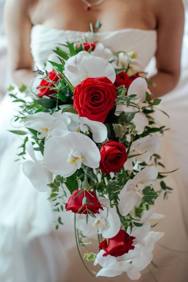 Buquê com rosas vermelhas e orquídea
