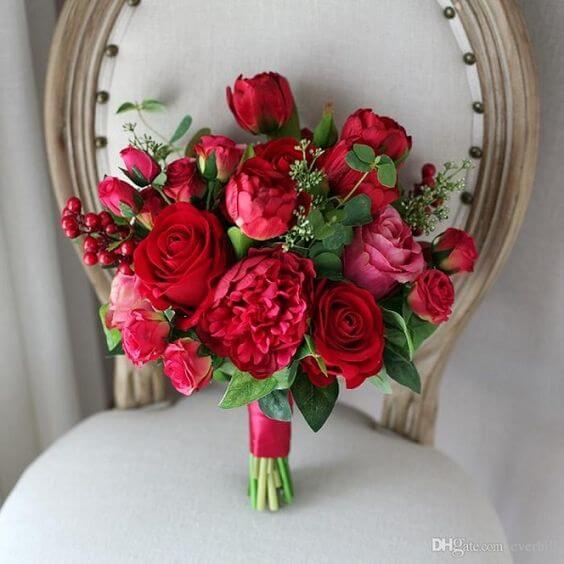 Buquê de roosas e cravos em tons de vermelho e rosa