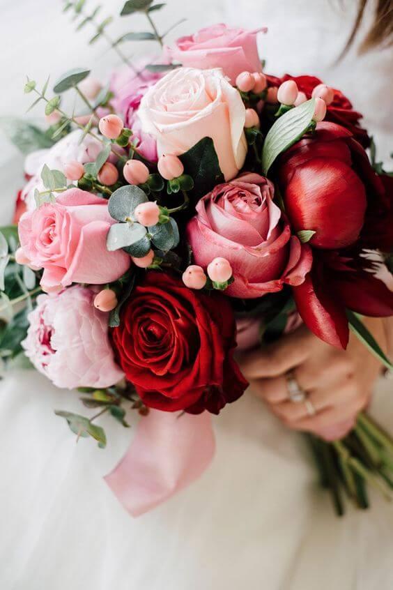 Buquê com rosas vermelhas e em tons de rosa