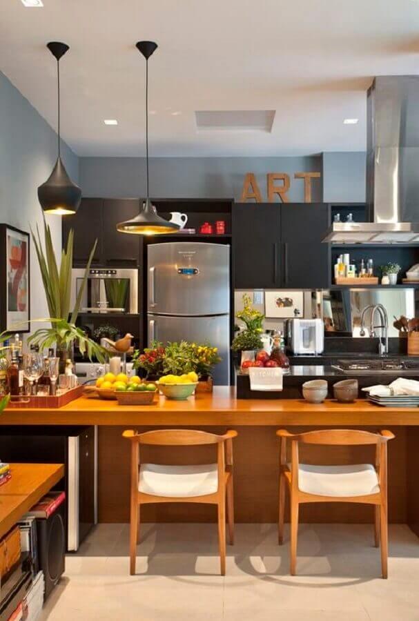 cadeiras estofadas para cozinha planejada preta com bancada de madeira Foto Pinterest