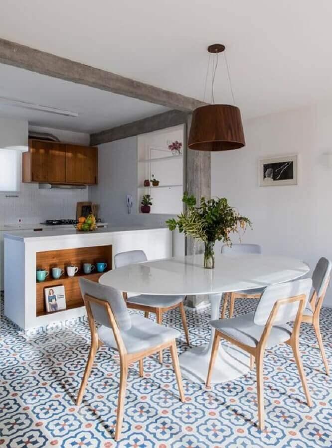 cadeiras estofadas para sala de jantar branca com piso colorido Foto INÁ Arquitetura