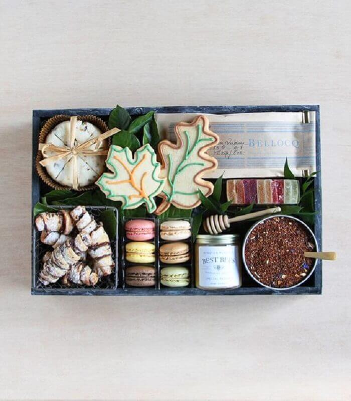 caixa de surpresa com muitos doces Foto Winston Flowers