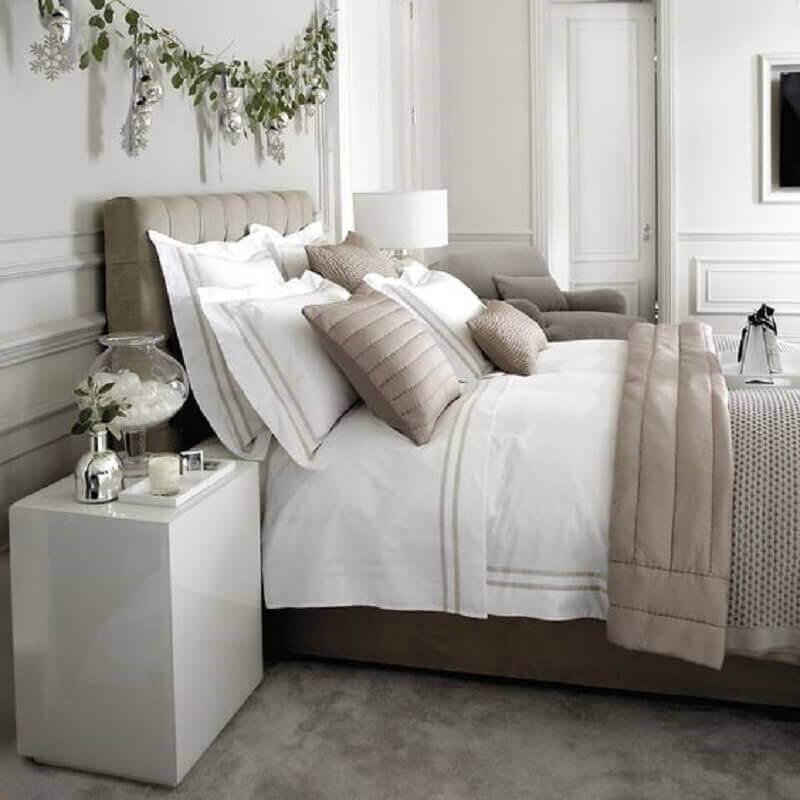 cama de casal arrumada com vários travesseiros e almofadas Foto The White Company (1)