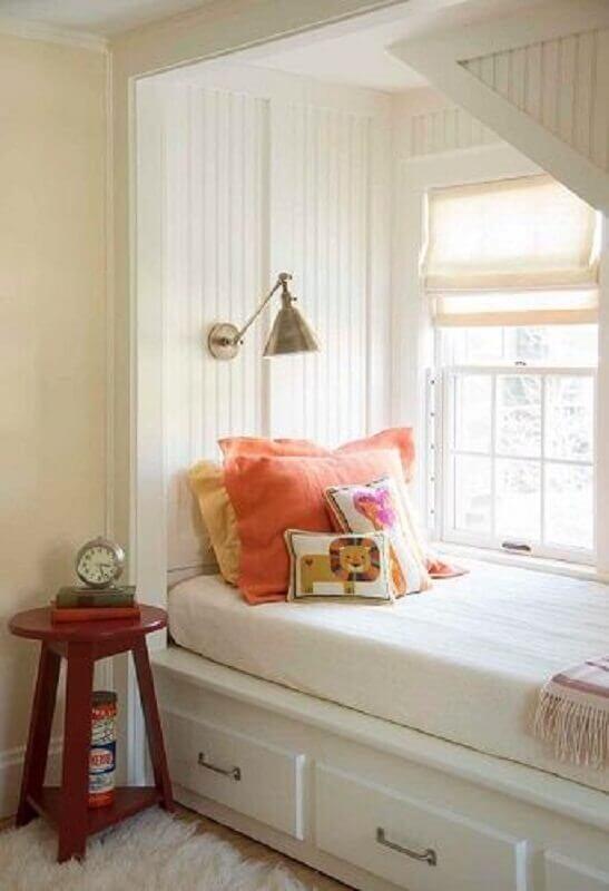 cantinho embaixo da escada decorado com abajur de parede cobre Foto HomeThangs