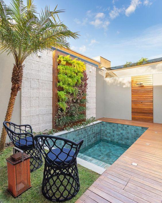 Área gourmet com piscina e móveis confortáveis para relaxar nos dias quentes