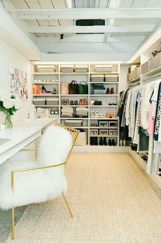 Closet em L com cadeira confortável branca