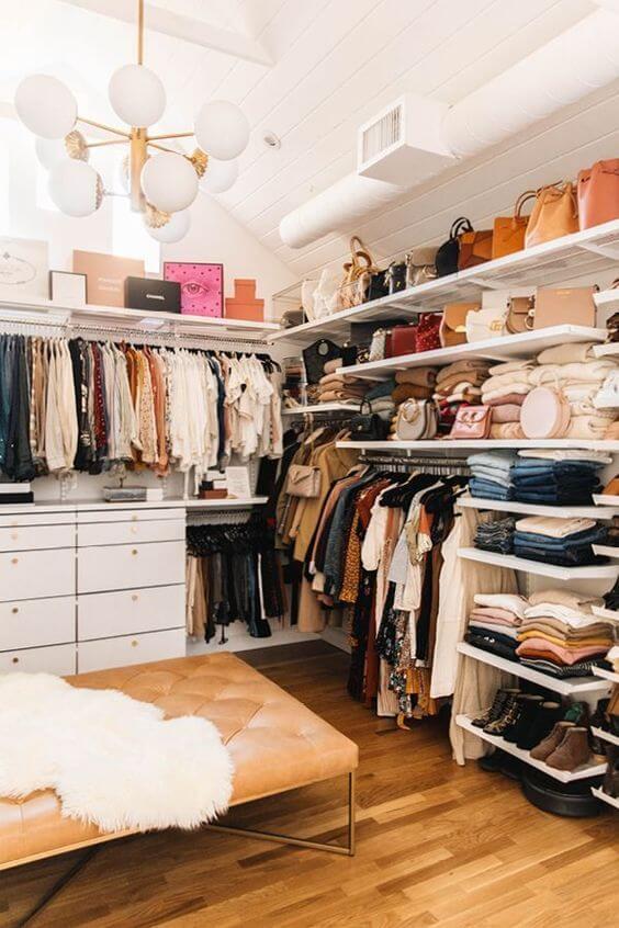 Closet em L moderno com prateleiras e gavetas