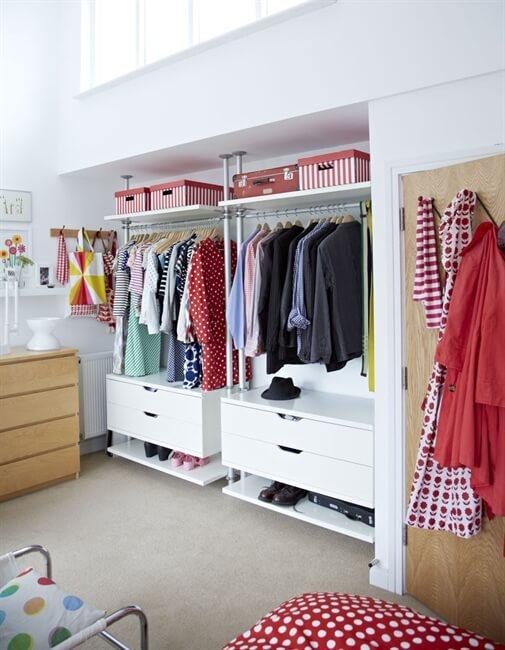 Quarto moderno com closet em L