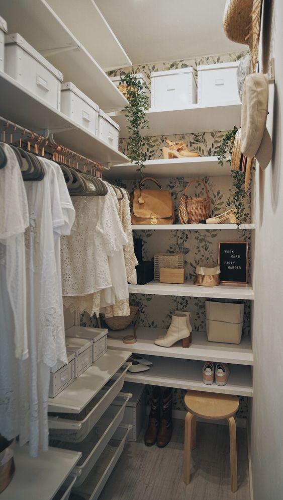 Closet moderno com papel de parede floral