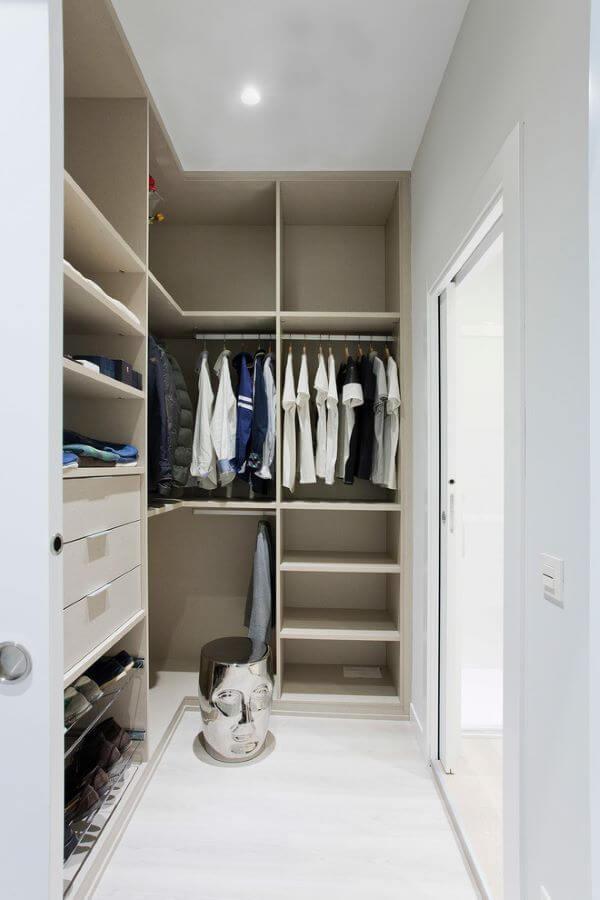 Closet em L no quarto com parede de gesso