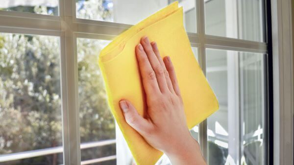 Como tirar adesivo de vidro de janela