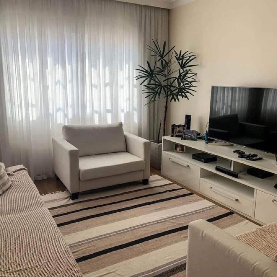 cor pérola na parede para sala decorada com tapete listrado Foto Nossa Casa 103