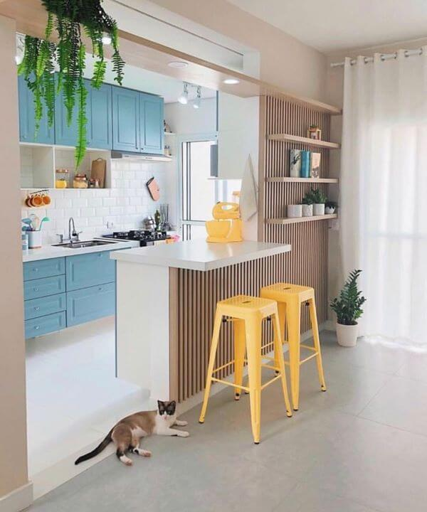Use cores lindas para ter uma cozinha pequena bem decorada