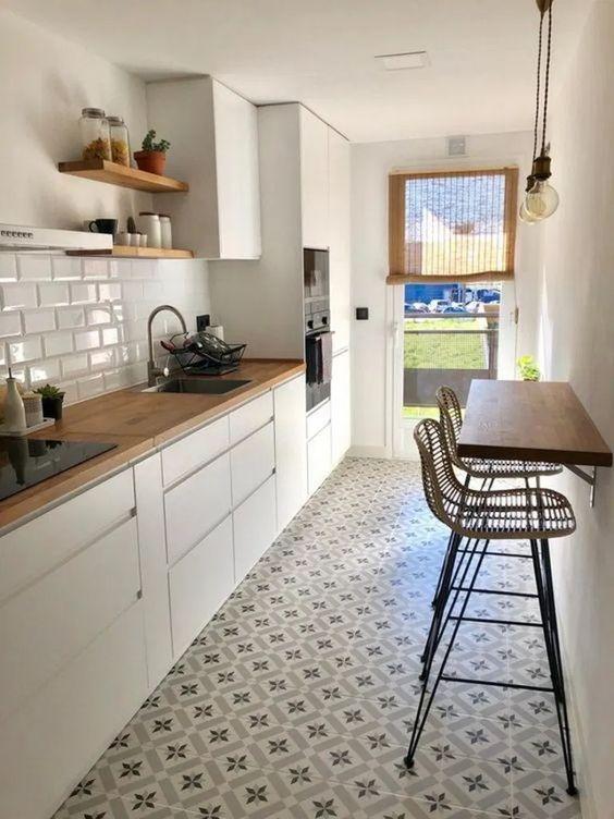 Armários de cozinha brancos com decoração clean