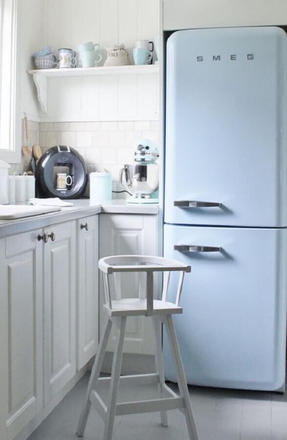 cozinha branca decorada com geladeira retrô azul tom pastel Foto Tudo Orna