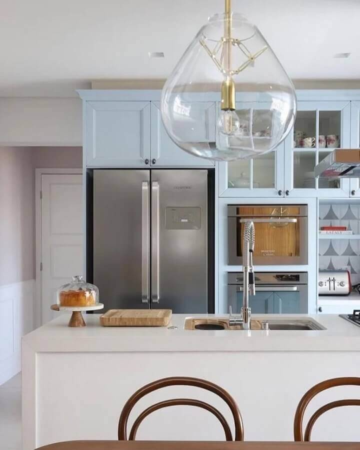 cozinha com ilha planejada em azul pastel e branco Foto Quattrino Arquitetura