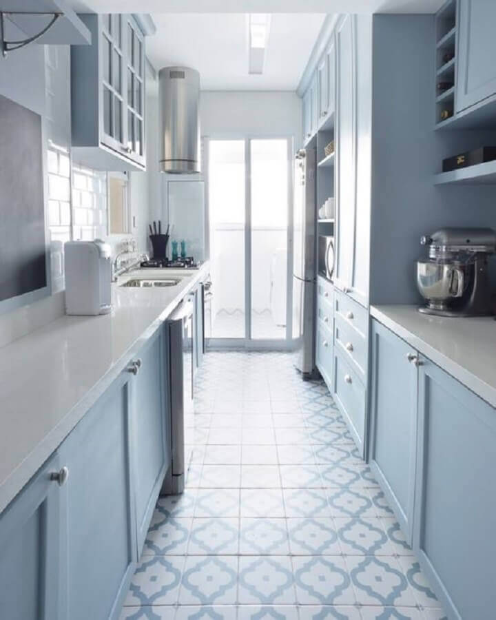 cozinha corredor decorada com armários planejados na cor azul pastel Foto Pinterest