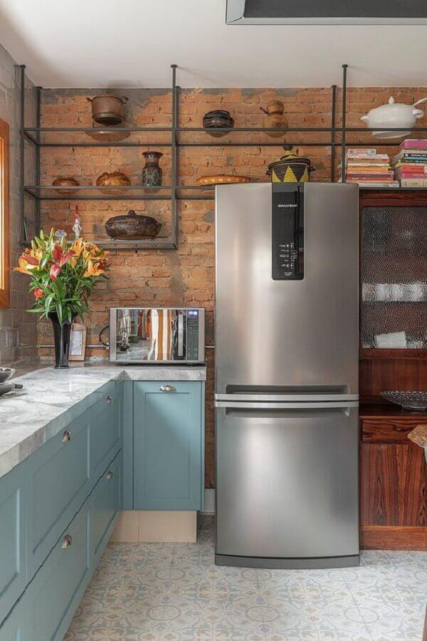 cozinha decorada com parede de tijolinho e armários na azul pastel com design retro Foto Casa de Valentina