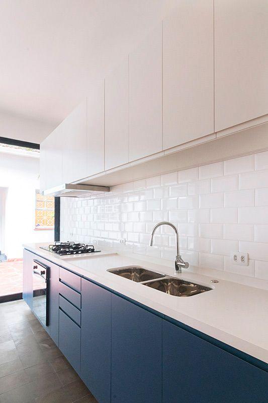Cozinha pequena branca com armário azul