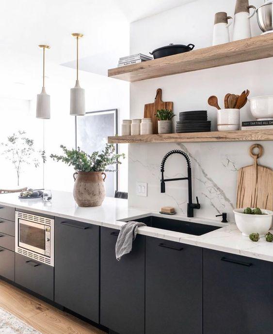 Cozinha pequena azul com prateleiras